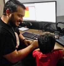 Colaborador mostrando trabalho ao filho.