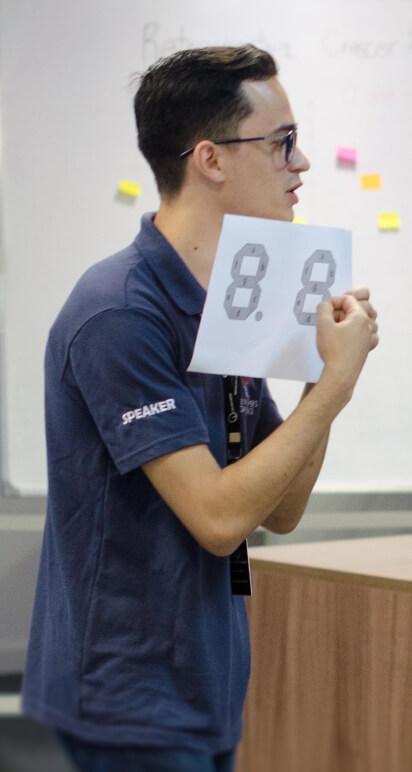 Instrutor explicando atividade a ser realizada durante a seção do Let's Code.