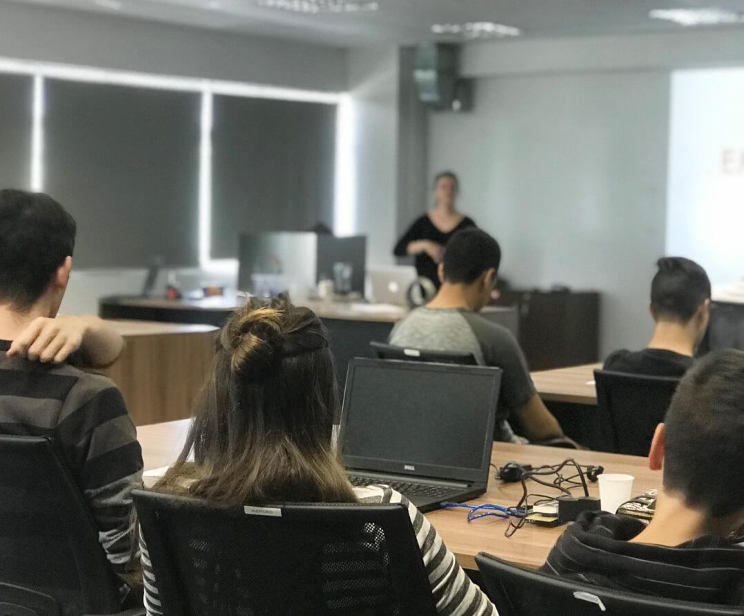 Palestrante do Let's Code dando orientações sobre a área de TI e possibilidades de carreiras.