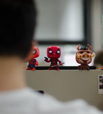 Action-figures de colaborador decorando seu espaço de trabalho.