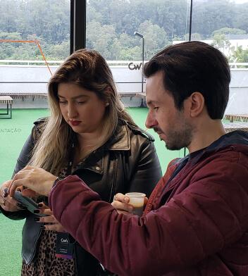 Colaboradores conversando e olhando para a tela de um notebook.