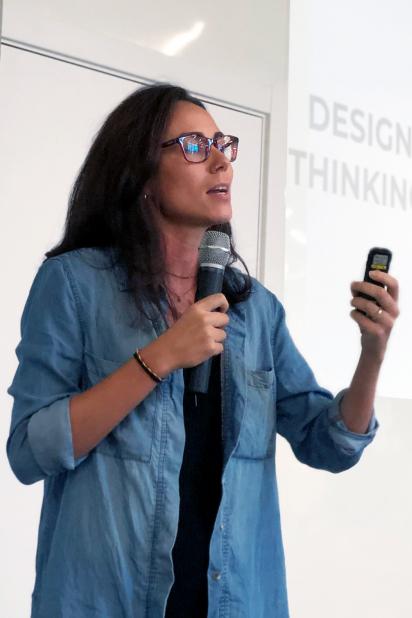 Colaboradora palestrando sobre Design Thinking.