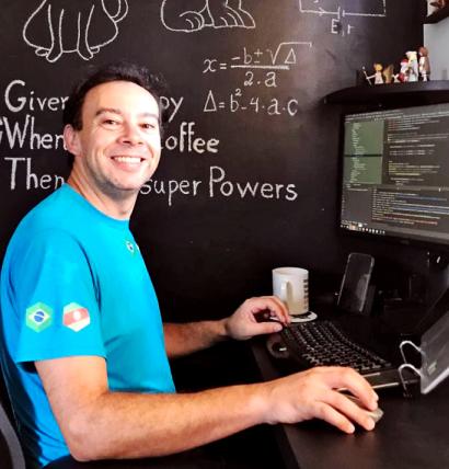 Colaborador usando um computador.