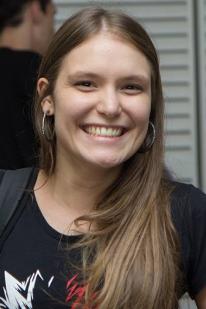 Colaboradora sorrindo.