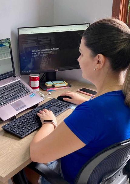 Colaboradora trabalhando em home office