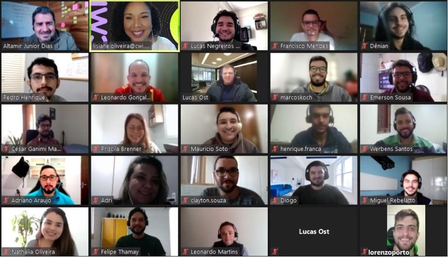 #PraTodosVerem: Um grupo de pessoas, entre homens e mulheres sorrindo, em uma sala virtual do zoom em seu 1º dia na CWI participando do encontro de boas-vindas. Nessa reunião, reunimos pessoas de 9 estados diferentes, são eles: CE, DF, ES, PB, PI, RJ, RS, SC e SP.